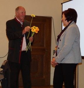 Mit Blumen bedankte sich der neue Obmann für die bisher geleistete Arbeit und bat um gute Zusammenarbeit.