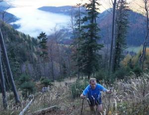 Aufstieg vom Durchlass - im Tal der Frühnebel