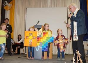 Domfarrer Norbert Burmetler segnet die wunderschönen Kreuze