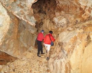 Thomas und Christian erkunden die Höhle