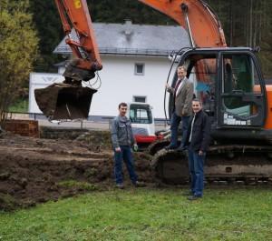 Humus wird abgehoben - im Hintergrund Haus Metz