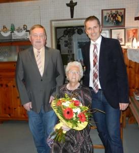 Johann Bachler und Vize Sepp Schachner gratulierten zum 90er.