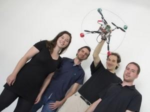 Annette Mossel, Christoph Kaltenriner, Hannes Kaufmann und Michael Leichtfried mit dem Quadcopter