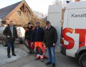 Vzbgm. Schachner, Peter Wurzer jun., Franz Prankl (Strabag Kanaltechnik), DI Gerold Peterbauer (Büro Pfeiller) bei der Druckprobe