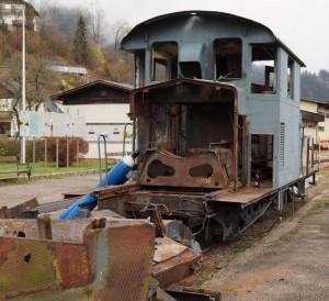Eine alte Lok wird verschrottet.