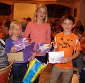 Eine nette Geste des Obmannes - ein kleines Geschenk für alle Vereinsmitglieder, verteilt von den erfolgreichen Nachwuschsläufern Toni und Lena eibenberger sowie Sebastian Jagersberger