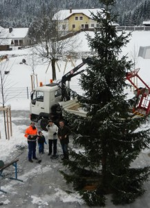 Vize Sepp Schachner und Fritz Fahrnberger helfen beim Anbringen der Beleuchtung