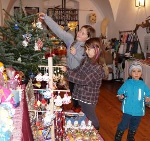 Auch Tamara, Isabella und Florian helfen mit