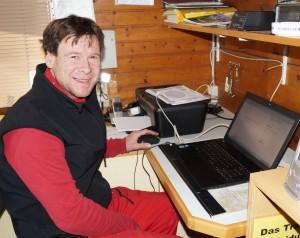 Betriebsleiter Hannes Vögerl durchsucht die Wetterberichte!