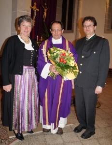 Für die Pfarrgemeinschaft gratulierten Maria Teufel und Hermann Schnabel.