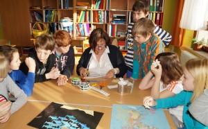Christa hilft den Schülern
