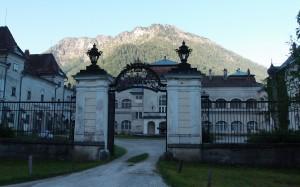 Schloss Seehof noch im Schatten - Hetzkogel bereits in der Sonne