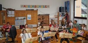 """Unsere MusikschulleiterinHilde Sollböck mit dem Akkordeonorchester und Poli Helmel als """"Gaststar""""."""