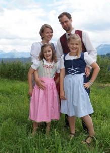 Erstkommunionkind Sophie mit Familie