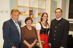 Ordinationshilfe und Mutter Ida Dörfler, Partnerin Dr. Sarah Feigl und Dr. Wolfgang Dörfler - herzlich willkommen in Lunz am See!
