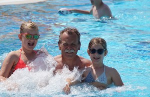 Familienurlaub in Italien - im Pool mit Lena und Sophie