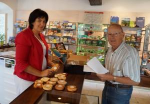 Freundlicher empfang für unsere Gäste im Tourismusbüro, wo unter es neben Informationen lokale Produkte und Souveniers gibt. Fredl Aigner bringt Nachschub!