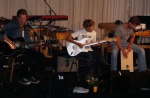 Aaron Roedelius (Enkel des Maestros) auf der Gitarre (Mitte)