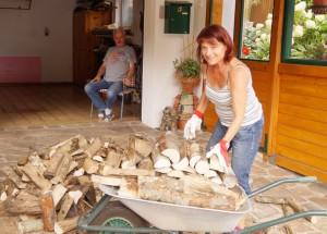 """Eva arbeitet fleißig und der rekonvaleszente Hausherr fungiert als """"Bauaufsicht""""."""