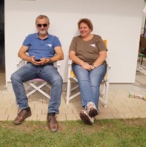 Unsere Taucher Werner und Maria Gamsjäger genossen die paar Sonnenstrahlen vor ihrem Stützpunkt im Seebad.