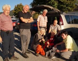 Die Alpenvereinswanderer kamen gerade von einer schönen tour in der Steiermark zurück - schwer bepackt mit schwarzen Holler!
