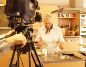 Gerda bäckt Lebkuchen