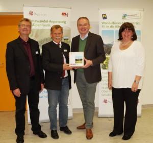 Landesrat DI Stefan Pernkopf und DI Petra Schön bedankten sich bei den Bürgermeistern der teilnehmenden Gemeinden.