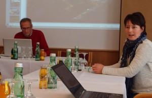 Chritina Schwann begrüsst die Gäste, Roland Kals bereitet die Präsentationen vor