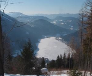 Blick zurück auf den zugefrorenen See