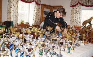 Gerti richtet die Pokale her