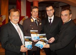 Kdt. Franz Spendlhofer überreichte den Ehrengästen die druckfrische Chronik des Abschnittes Ötscher-Hochkar