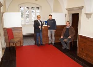 Papezierermeister Wolfgang Prieler lieferte den roten Teppich und bezog die Sessel passend.
