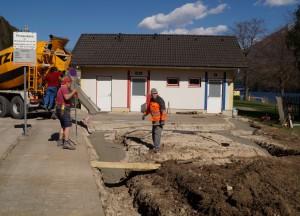 Fa. Hager betoniert - unterstützt vom Bauhofteam.