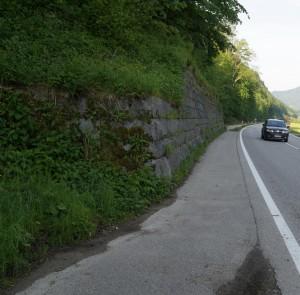 Die wohl gefährlichste Stelle dieses Abschnittes werden wir durch eine Verlegung des Weges hinter bzw, über die Stützmauer entschärfen.