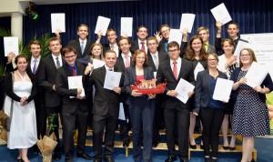 Herzliche Gratulation der Maturantin Franziska Spreitzer (erste Reihe, zweite von rechts)