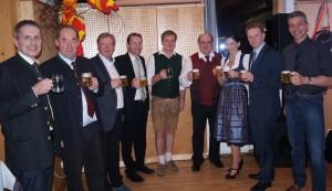 Obmann Heinz Huber mit den Gemeindevertreter Vize Sepp Schachner, einigen Vereinsobleuten und dem Geburtstagskind Mario Kendler!